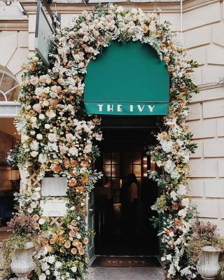 Fabulous flowers around the entrance of The Ivy restaurant in Bath. But I do wonder why it's not surrounded by ivy instead of flowers. Answers on a postcard, please. ⠀⠀⠀⠀⠀⠀⠀⠀⠀ #flowers #theivy #bath #foodiehaven #food #restaurantsbath #goodeats #ivy